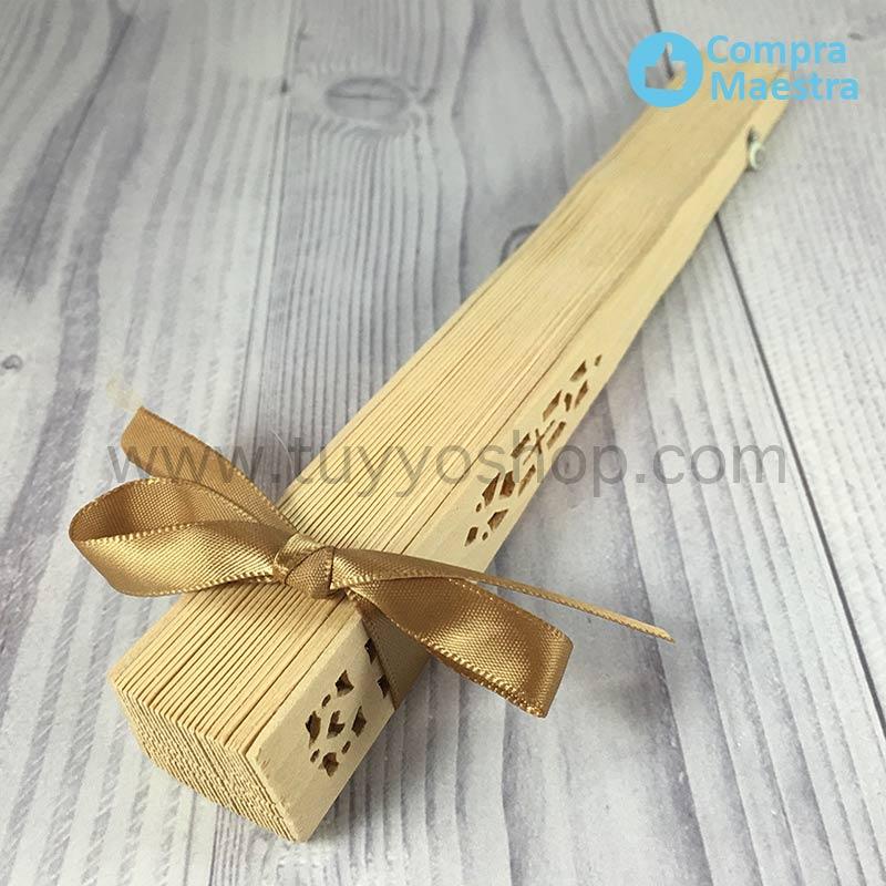 Abanico madera natural presentado con lazo