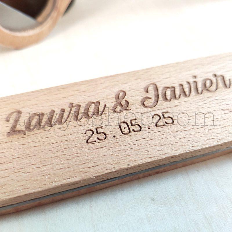 Ultimos regalos para invitados añadidos abrebotellas de madera personalizado 3