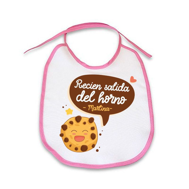 Babero personalizado de tela con ribete rosa. Recién salida del horno