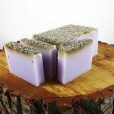Barra de jabón de glicerina con semillas de lavanda.