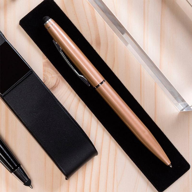 Bolígrafo de aluminio en color dorado. Incluye funda de antelina.