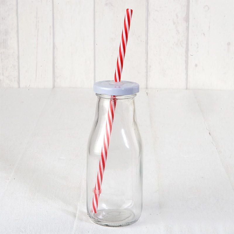 Botella de cristal, estilo lechera, con tapa y caña en color rojo.