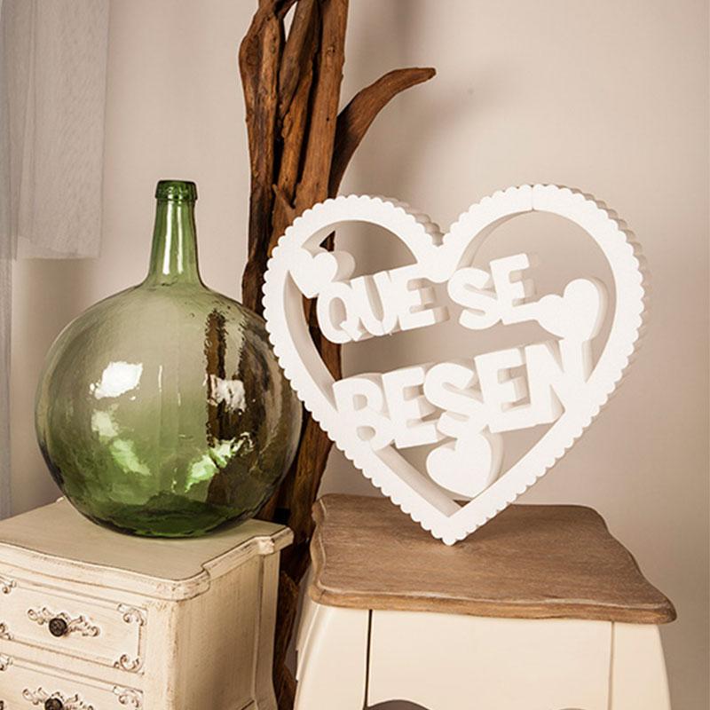 letra en corcho para boda, corazón rizado en color blanco con el texto que se besen