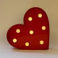 Corazón rojo con iluminación led a pilas.