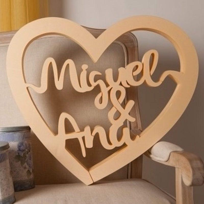 Corcho en forma de corazón personalizado con los nombres de los novios.