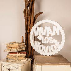 Corcho circular rizado con la frase vivan los novios en color blanco