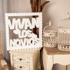 corcho cuadrado rizado para bodas con el texto vivan los novios en color blanco