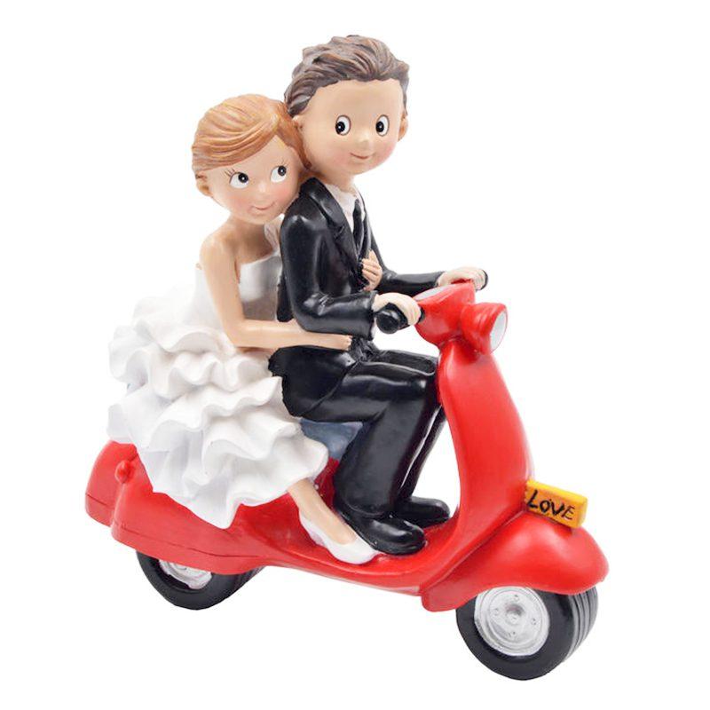 Figura para tarta de boda. Novios en vespa roja. 18x16x8cm figura para tarta de boda novios en vespa roja