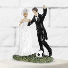 Figura para tarta de boda. Novios jugando al fútbol.