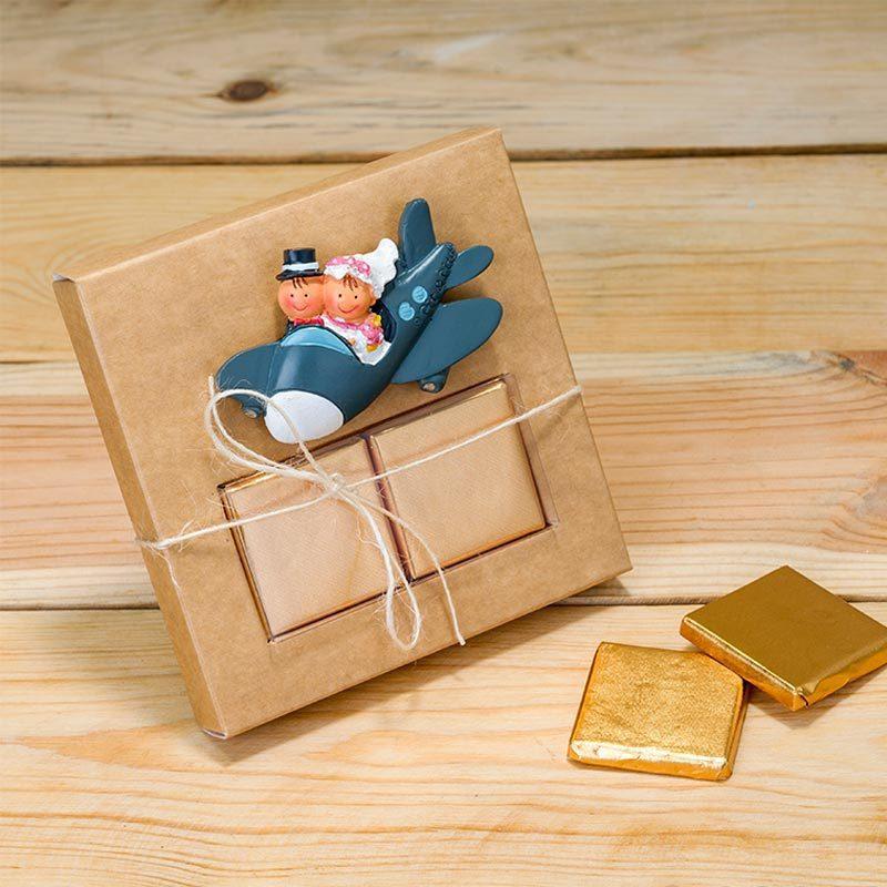 Avión imán para nevera presentado en caja kraft + 2 chocolatinas