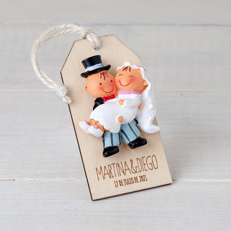 Imán novia en brazos, presentado en colgante de madera. Personalizado con grabación.