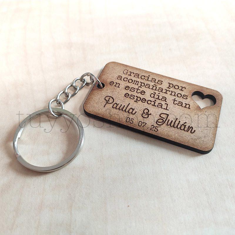 Ultimos regalos para invitados añadidos llaveero boda madera gracias por2