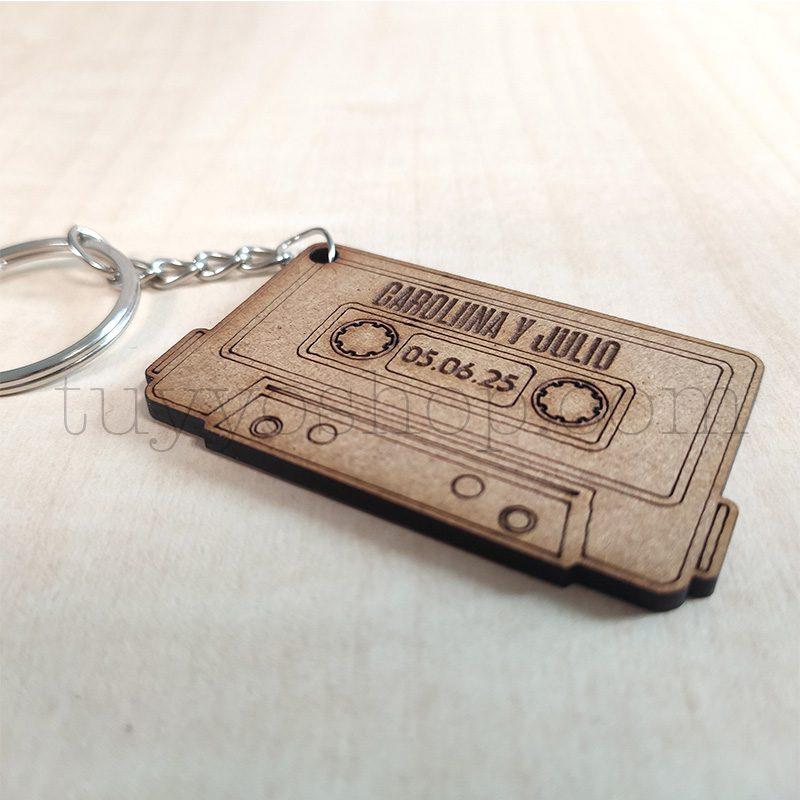 Ultimos regalos para invitados añadidos llavero personalizado para boda madera casete2