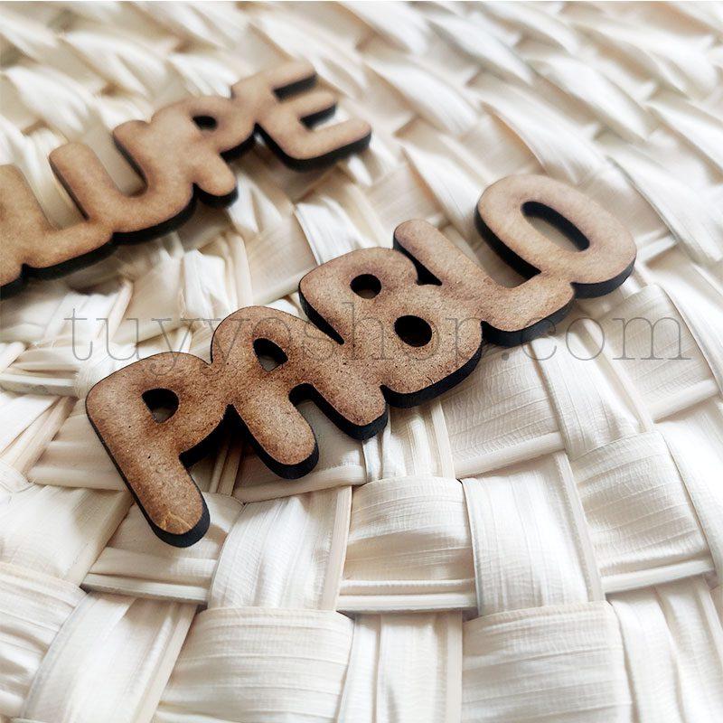Nombres marcasitios en madera para boda, 3mm, personalizables, informal marcasitio para boda modelo informal3
