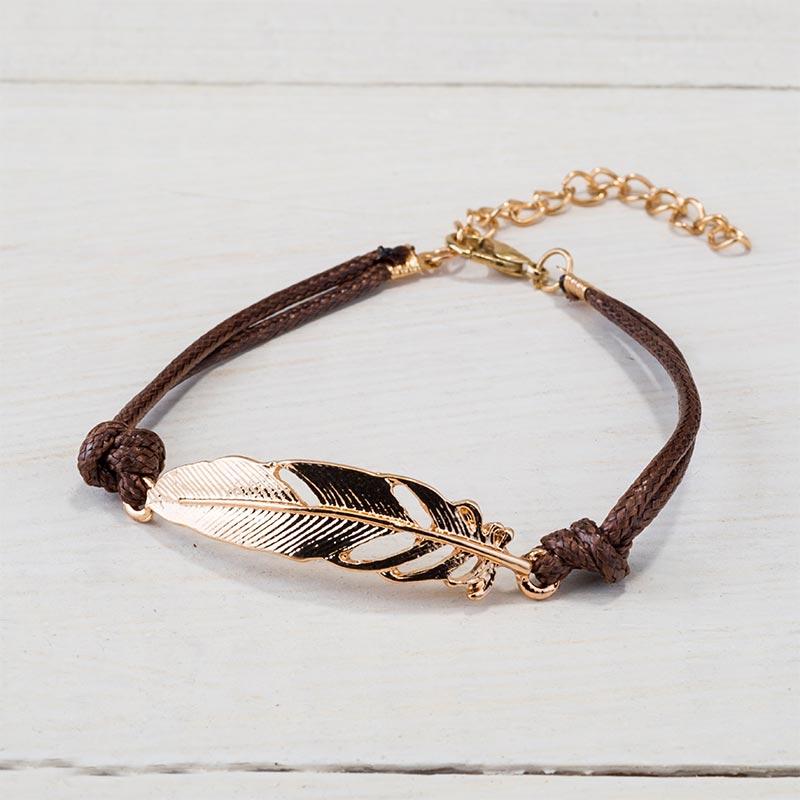 Bonita pulsera de pluma dorada y cuero.