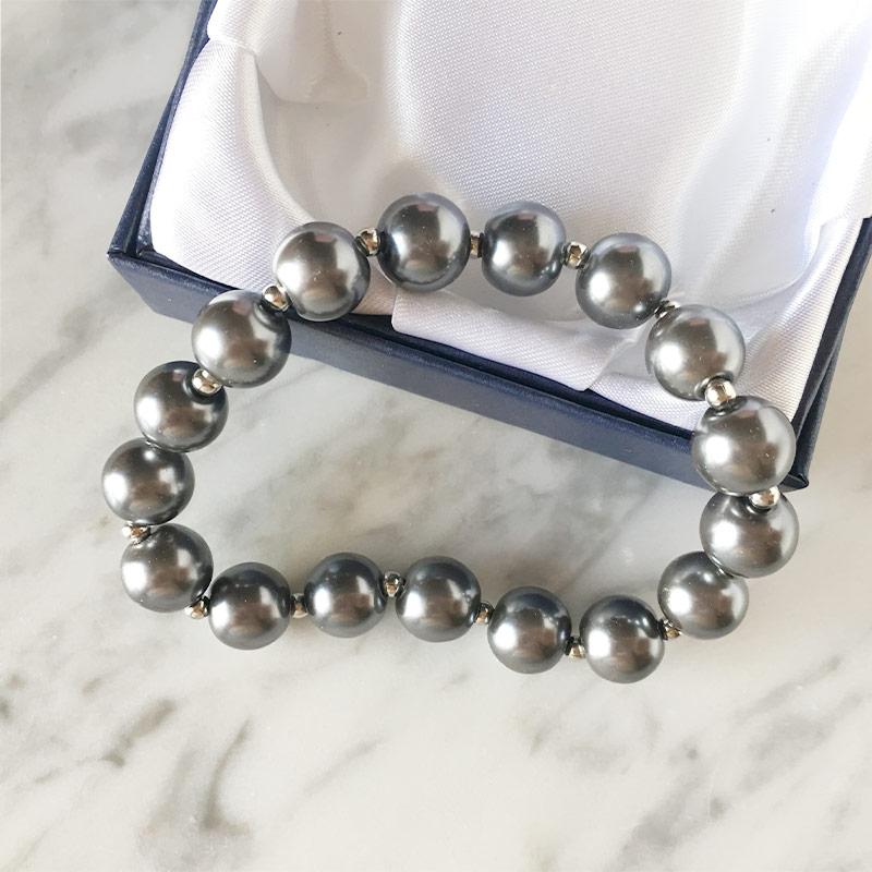 Pulsera de perlas presentada en cajita de regalo