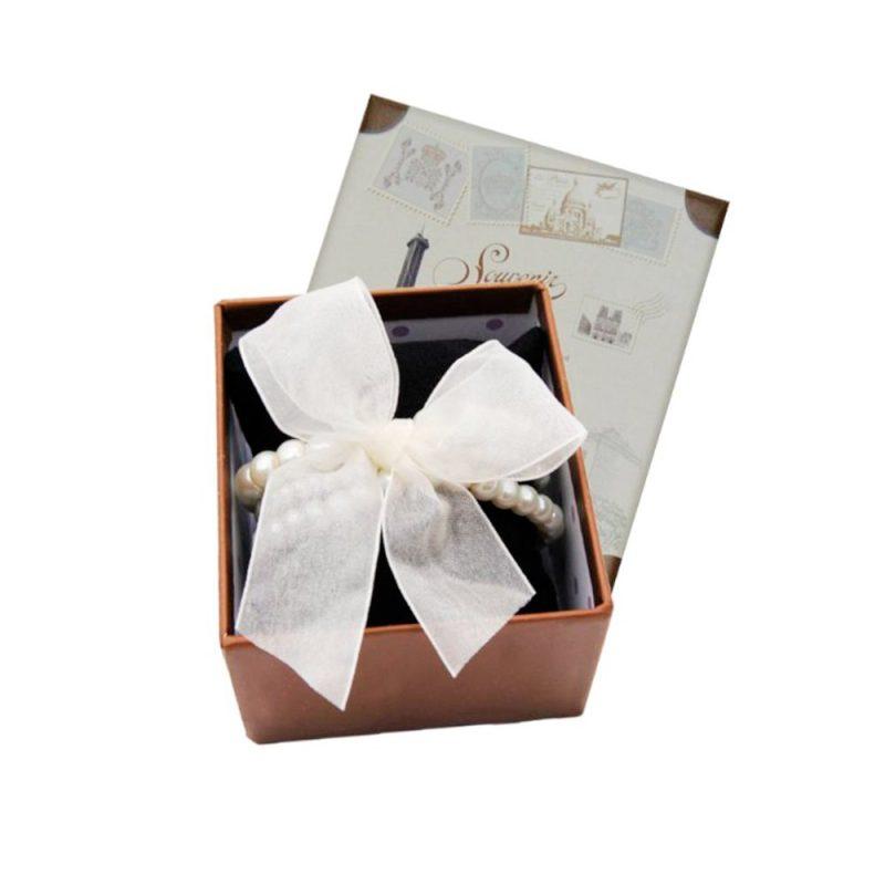 Pulsera triple de perlas con lazo en caja de presentación. 9x8x5.5cm