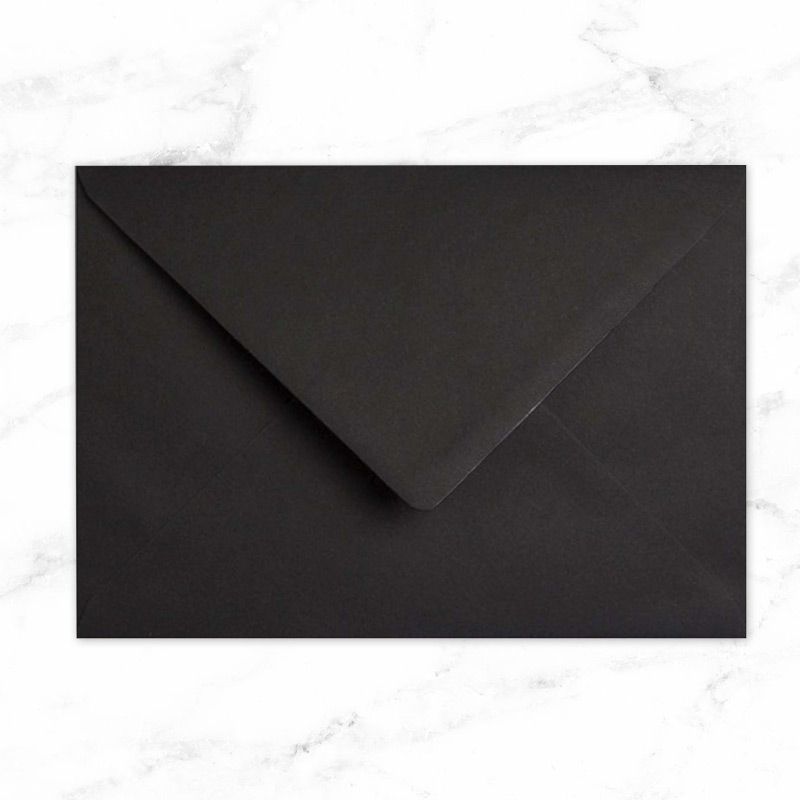 Sobre en color negro para guardar las invitaciones de boda.